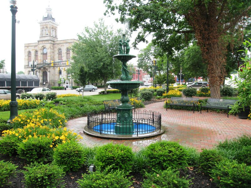 Town Square Of Lisbonc Ohio And Columbiana County Courthouse